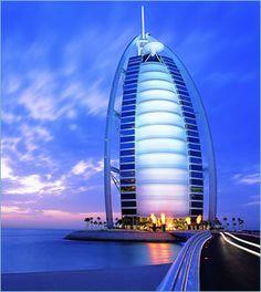 Dubai tiene el Burj Al Arab, la torre Árabe se hincha como una vela sobre el Mar de Arabia, y en un alarde de ingeniería se convierte en un hotel digno de un jeque. Su diseño nos sorprende tanto en su interior como en el exterior, por su gran altura y lujos. El Burj Al Arab es considerado hoy en día como el único hotel de 7 estrellas en el mundo.