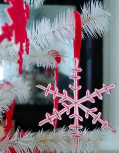 Love these pink and white snowflake ornaments made out of felt.  Instructions from The Purl Bee.