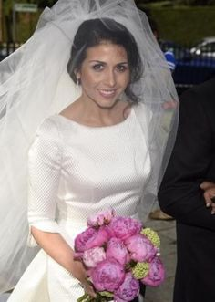 Sara Verdasco eligió cloché de seda para su #vestidodenovia y peonías fucsias para su #ramo Girls Dresses, Flower Girl Dresses, Tulle, Wedding Dresses, Skirts, Fashion, Brides, Bridal Gowns, Wedding Bouquets