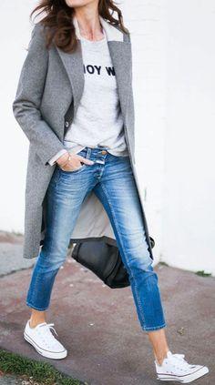 db0b9f01a4c2 le manteau gris avec sneakers blancs et denim bleu foncé avec sac a main  noir Manteau