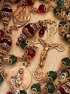 Rosary Tattoos Behind Ear Feet Tattoos Rosary tattoos behind ear _ rosenkranz tattoos hinter dem oh Rosary Tattoo On Hand, Rosary Bead Tattoo, Rosary Bracelet, Rosary Beads, Prayer Beads, Rosary Tattoos, Bracelet Tattoos, Catholic Jewelry, Rosary Catholic