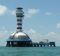 Faro de Malaca. El estrecho de Malaca es un largo estrecho de mar del sudeste de Asia localizado entre la costa occidental de la península malaya y la isla indonesa de Sumatra, un importante corredor marítimo que une, al norte, el mar de Andaman, mar marginal del océano Índico, y al sur el mar de la China Meridional