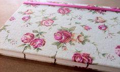 Caderno artesanal revestido com linho floral. #bookbinding