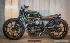 Kawasaki 750 Brat Style John Player Special Tribute by Laurent Monti - Photos by Low Low Photographie #motorcycles #bratstyle #motos   caferacerpasion.com