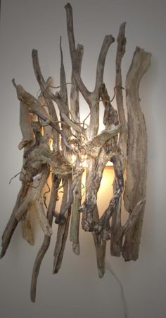 Wandlamp van drijfhout. Zou heel goed in mijn woonkamer passen! Door Estherkr