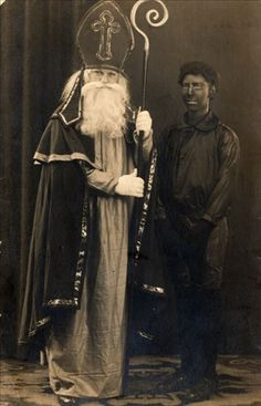 Sinterklaas en Zwarte Piet ca. 1920 Christmas Past, Cozy Christmas, Christmas Themes, White Christmas, Weird Vintage, Black Roots, Santa Pictures, Decoupage, Catholic Saints