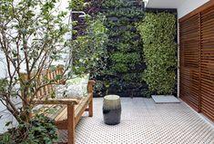 No quintal,o jardim vertical da Greenwall foia solução da arquiteta Daniela Ruiz para trazer o verdee ainda assim preservaro espaço livre. E...