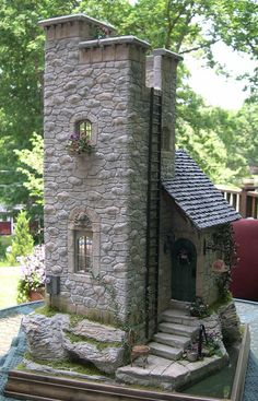 Tips for building miniature stone houses to decorate Fairy Garden Chalet Design, Miniature Fairy Gardens, Miniature Houses, Miniature Dolls, Fairy Garden Houses, Fairies Garden, Gnome Garden, Diy House Projects, Fairy Doors