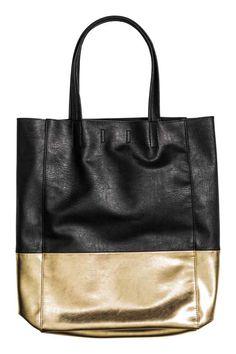 H&M  Shopper: Mala shopper macia com dois blocos de cor, duas pegas e fecho magnético oculto na parte superior. Sem forro. Medidas: 9x27x39 cm.