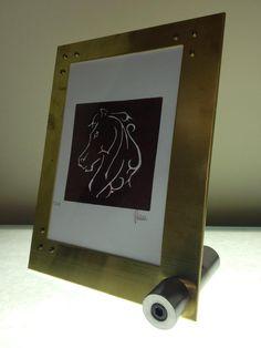 Stampa xilografica Cornice in ottone in doppia lastra con foglio di acetato trasparente interposto. Acciaio C40 per il tondo di supporto. Made in METAL DESIGN