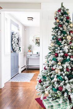 Dark Green & Burgundy Christmas Tree - Jenna Kate at Home Elegant Christmas Decor, Beautiful Christmas Trees, Christmas Tree Themes, Christmas Aesthetic, Green Christmas, Xmas Tree, Christmas Home, Holiday Decor, Christmas Mantles