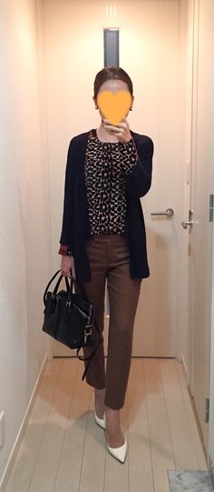 Navy cardigan: ZARA, Leopard tops: Sisley Brown pants: Tomorrowland, Bag: Tod's. White pumps: Jimmy Choo