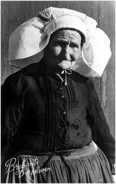 Boerin M. van de Sande, bijgenaamd Mie van Graarten of Mie de bijlegger. Zij was baakster en woonde op Aarle. #NoordBrabant