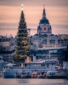 """karl on Instagram: """"En gran och en kyrka... #stockholm #stockholm_insta #visitstockholm #viewstockholm #igscstockholm #igsweden #sweden #sweden_photolovers…"""" Stockholm, Karl, Empire State Building, Christmas, Travel, Instagram, Pictures, Xmas, Viajes"""