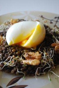 Salade à l'œuf mollet, graines germées et lentilles vertes _ Tu peux zapper les graines germées si ça n'est pas ta tasse de thé ;)