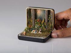 Talwst est un artiste plein d'imagination qui utilise de simples boites à bijoux pour raconter de véritables petites histoires. Chacune de ces oeuvres très originales, nous plonge dans des scènes poétiques, drôles ou parfois bien mystérieuses....