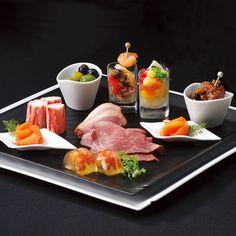 ローストビーフや海老のアスピックなど、シャンパンや日本酒にも合うプチオードブル9種を詰め合わせました。