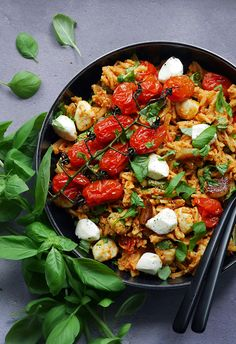 Easy Delicious Recipes, Yummy Food, Pesto, Zoodle Recipes, Salty Foods, Healthy Salads, Paella, Food Inspiration, Cobb Salad