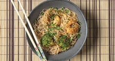 Shrimp and broccoli noodles by the Greek chef Akis Petretzikis. Make easily and quickly this recipe for delicious noodles with jumbo shrimps and broccoli! Shrimp And Broccoli, Shrimp Pasta, No Sugar Diet, Nutrition Chart, Dairy Free Diet, Fresh Coriander, Hoisin Sauce, Raw Food Recipes, Easy Recipes