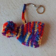 Porte-clés bonnet à pompon tricoté main multicolore