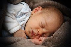 Bayi baru lahir normal memiliki beberapa ciri-ciri yang bisa kita amati, berikut dijabarkan beberapa ciri-ciri umum dari bayi baru lahir normal  yang penting diketahui oleh para ibu.