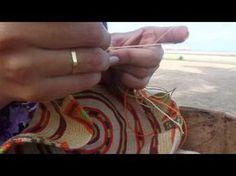 Mochila, how to prevent the yarns from tangling / hoe hou je de draden uit de knoop Crochet Hammock, Tapestry Crochet, Diy Crochet, Filet Crochet, Crochet Stitches, Crochet Patterns, Mochila Tutorial, Mochila Crochet, Crochet Purses