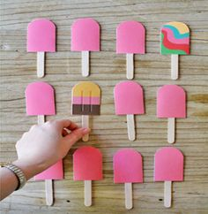 Weekend Fun: A DIY Paper Popsicle Memory Game. Looking for a sweet idea to keep kids entertained this weekend? We stumbled upon this beautiful DIY memory game idea over at the fabulous… Babysitting Kit, Babysitting Activities, Craft Activities, Indoor Activities, Summer Activities, Family Activities, Kids Crafts, Summer Crafts, Baby Sitting