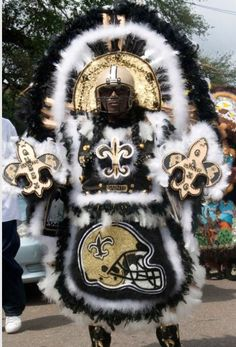 I love this guy who connects the old Carnival Indians with our beloved saints! I love this guy who connects the old Carnival Indians with our beloved saints ! Looks beautiful! Mardi Gras Outfits, Carnival Outfits, Mardi Gras Costumes, New Orleans Louisiana, New Orleans Saints, Mardi Gras Carnival, New Orleans Mardi Gras, Black Indians, Black Cowboys