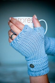 Free fingerless mitts knitting pattern, great for a beginner knitter. Find more free knitting patterns on this site! Fingerless Gloves Knitted, Crochet Gloves, Knit Mittens, Knit Or Crochet, Mittens Pattern, Crochet Granny, Loom Knitting, Knitting Patterns Free, Free Knitting