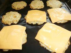 Heerlijk gerechtje, dit ! Ideaal als lunch of als bijgerechtje. Ook perfect mogelijk zonder ham, dus enkel met de kaas. Nodig voor 6 à 7 dubbele 'broodjes : - minstens 1 kg blo