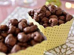 A blogueira Isabella Maiolino, do blog My Kind of Town, sugere pipoca coberta de chocolate derretido, inspirada na Chocopop da Chocolat Du Jour, que vende a lata de 330 g a R$ 94. A versão caseira saiu por R$ 15,79. Anote os ingredientes Foto: Fernando Borges / Terra