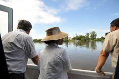 El Intendente de Soriano Guillermo Besozzi y la Embajadora de Estados Unidos, Julissa Reynoso disfrutan un paseo en Catamarán por el Río Negro.
