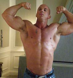 hugebodybuilder flexing bigmuscles powerlifter showingoff