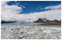 Fjallsárlón Glacial Lagoon - Fjallsárlón is an isolated glacial lagoon in the realm of Vatnajökull   |    Fjallsárlón est un lagon glaciaire isolé sur une langue du Vatnajökull