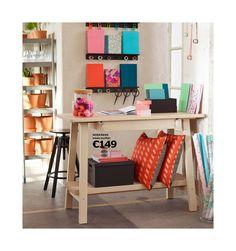 Teeküche ikea  Büroräume mit weißer Arbeitsfläche und Schubladen. Darauf ein ...