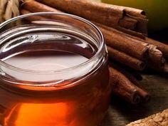 MIEL Y CANELA PARA BAJAR DE PESO ½ cucharada de canela molida 1 cucharada de miel 1 taza de agua Por la noche, hierve el agua y viértela en una taza. Agrega la canela y deja que el agua se enfríe naturalmente (aprox. 10 minutos) antes de incorporar la miel. Tómate la mitad de este té de canela antes de dormir. Cubre el resto y tómalo por la mañana antes de desayunar.