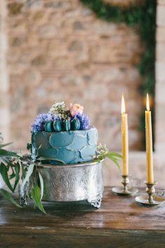 Wedding cake topped with macarons | SOVISUAL Photography