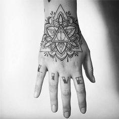 Tatuagens Femininas Linework Ornamental na Mão Tattoo Melina Wendlandt