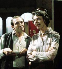 Leonard Rossiter and Frances de la Tour (in Rising Damp) British Sitcoms, British Comedy, English Comedy, Comedy Tv, Comedy Show, Leonard Rossiter, Rising Damp, Classic Comedies, Humor