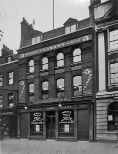 The Grave Maurice, Whitechapel Road, c 1930. This was a regular early evening haunt of the twins in the 1960's.