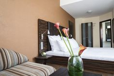 Einzelzimmer nach Zen eingerichtet. Gösseres Bett im Queensize-Format. Nichtraucherzimmer.
