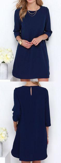 Bonito vestido simple azul marino con un pequeño corte en la parte superior de la espalda♥