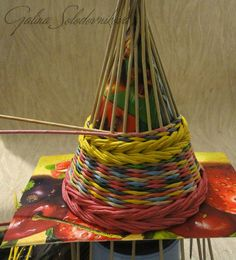 Мастер- класс ёлочки Rattan, Natal Diy, Newspaper Crafts, Paper Basket, Basket Weaving, Plant Hanger, Incense, Primitive, Christmas Tree