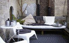 Roupa de cama também aconchega esplanada. #decoração #primavera #exterior #IKEAPortugal
