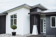 Garry Cullen of Ardmore Architects chose an elegant scheme for his own classic villa, using Resene Sea Fog on the weatherboards and Resene White for the trim...