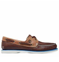 Réf : A16LA Ces chaussures bateau Timberland Classic Boat 2-Eye pour homme offrent un beau contraste de deux cuirs aux teintes différentes de marron avec un liseré bleu marine séparant le cuir de la semelle blanche en caoutchouc. Ce look revisité de la chaussure bateau classique offre une pointe de modernité pour un style d'été tout en offrant les garanties de confort et de durabilité habituelles et propres aux chaussures pour le nautisme.