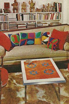 """Ameio o sofá, encosto com alturas diferentes, à direita e esquerda, lembrando uma """"marquesa"""" 70s Home Decorating, 1970s Home Interiors"""