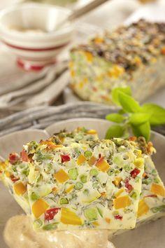Une fois les légumes cuits, égouttez-les, laissez tiédir puis coupez les en petits cubes. Mélangez les oeufs, la crème, la maïzena, le gruyère, le persil. Salez, poivrez (facultatif). Ajoutez les légumes et mélangez le tout. Versez dans le moule huilé et fariné (ou tapissé de papier cuisson). Placez le moule au fond de la cocotte. …