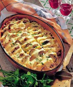 Mămăliga cu ciuperci este perfectă şi pentru cină, şi pentru prânz. În plus se face uşor şi nu necesită multe ingrediente. Iată reţeta! Veggie Recipes, Vegetarian Recipes, Cooking Recipes, Casserole Dishes, Casserole Recipes, Romanian Food, Hungarian Recipes, Weight Watchers Meals, Desert Recipes