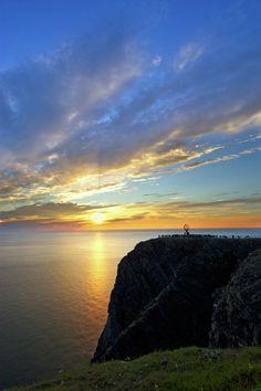 Ele ocorre no verão, no norte do círculo polar Ártico, quando o sol pode ser visto 24 horas por dia durante vários meses.